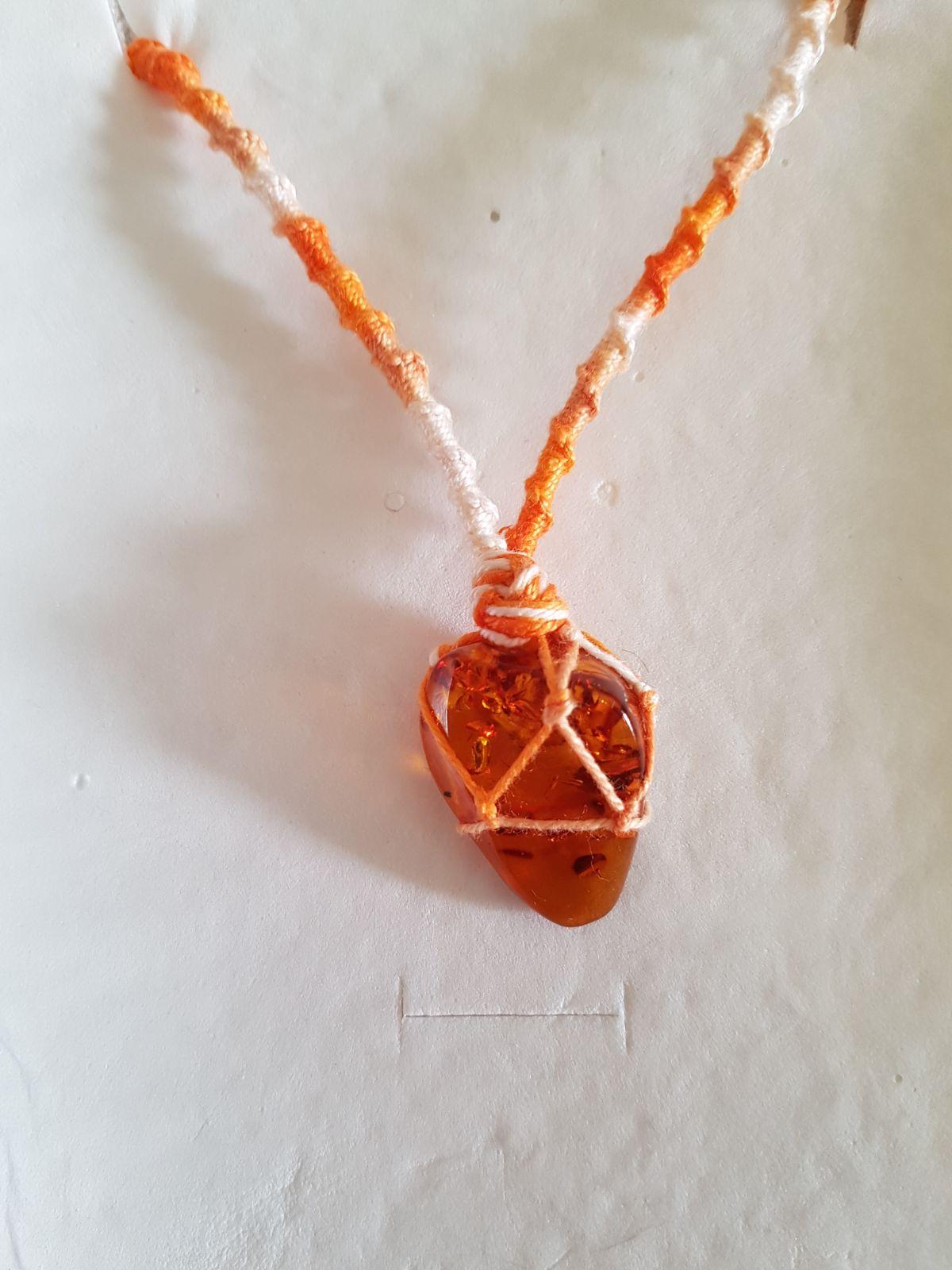 nuovo concetto 184b8 0bcfe Collana di Ambra a Goccia in Macramè filo arancione e bianco